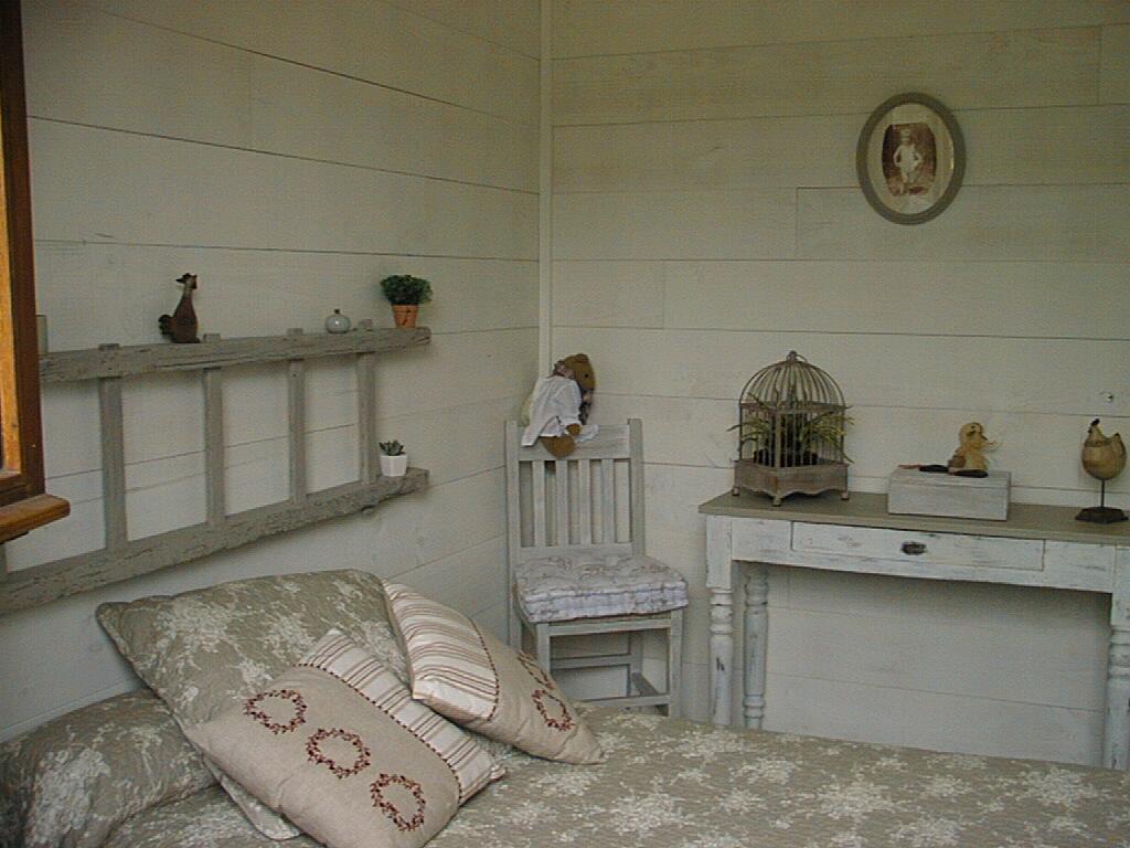 Pose de lambris dans une chambre