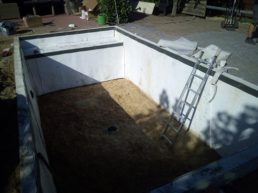 Teichvlies glatt ziehen Bodenablauf einbauen Teichskimmer installieren