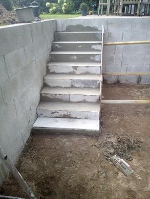 Stufen Stufenanlage Treppen im Koiteich und Schwimmteich mit Beton verfüllen