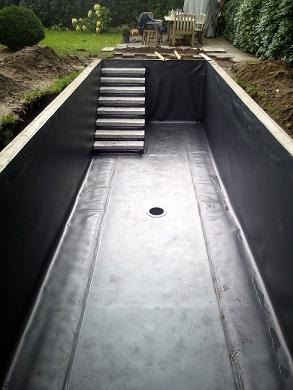 Stufen Treppen im Teich mit Teichfolie auslegen und schweißen Platten auf Stufen legen