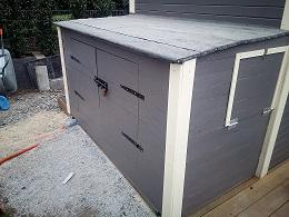 Gartenhaus als Filterhaus bauen, Trommelfilter steht geschützt in Gartenhaus