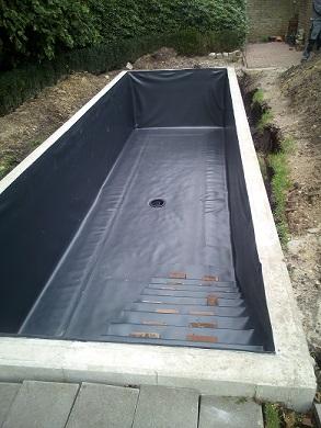 Teichbauer verschweißt Teichfolie faltenfrei Bodenablauf installieren und einschweißen