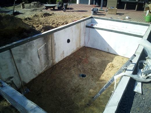 Teichvlies verlegen Rohre für Teichbau installieren