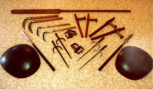 Panoplie d'un ensemble d'armes traditionnelles du Kobudo d'Okinawa