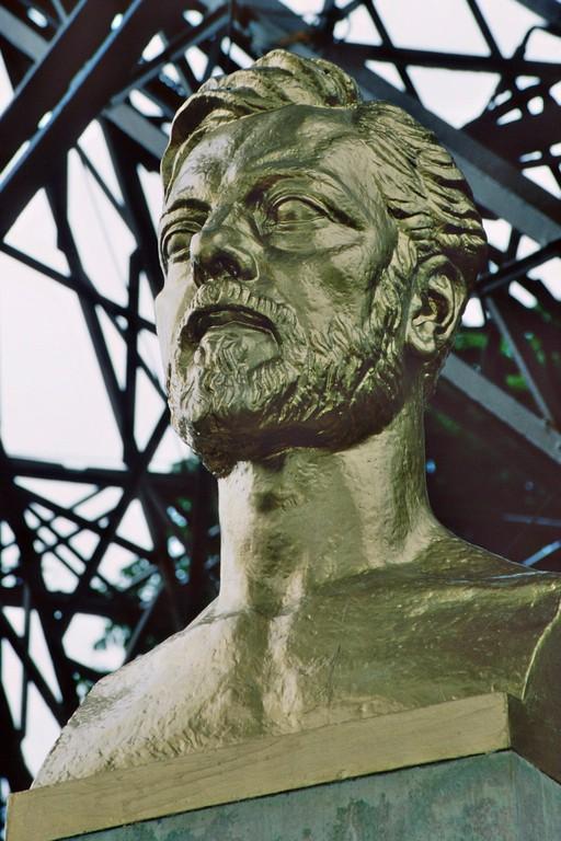 Gustave Eiffel (1832-1923), Büste am Fuß des Eiffelturms