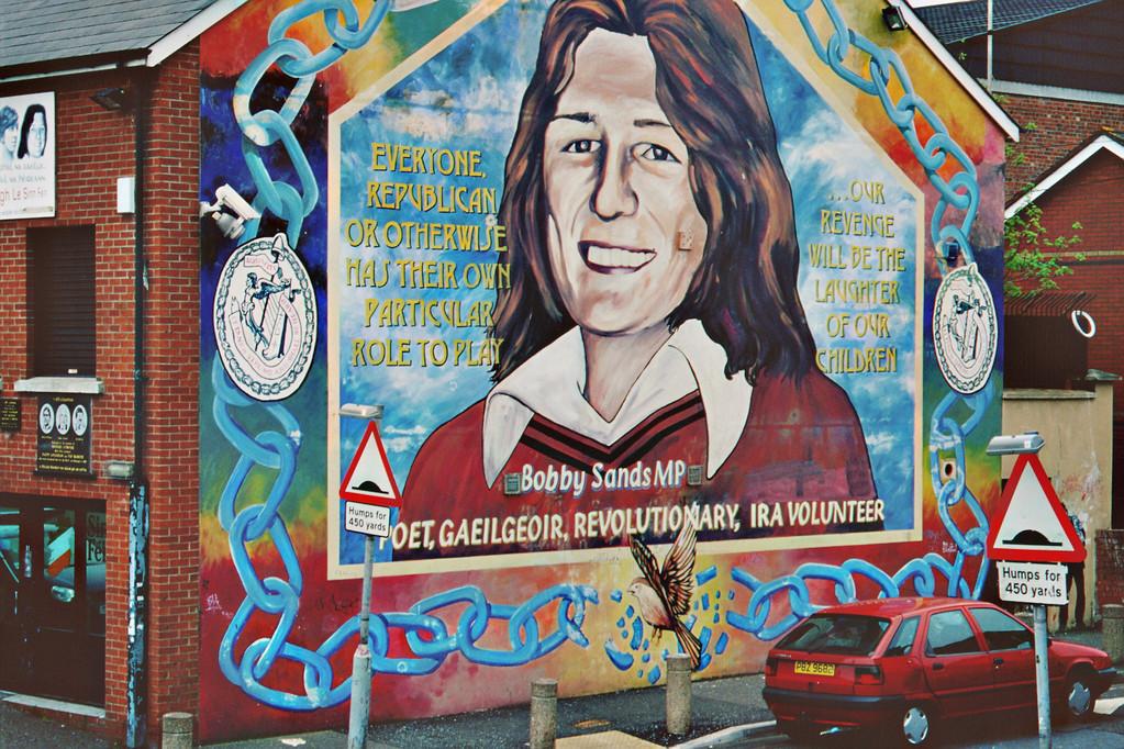Belfast, Falls Road, Hauptquartier von Sinn Fein mit Mural für Bobby Sands