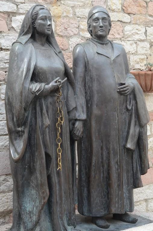 Assisi, Chiesa Nuova, Denkmal für Pica und Pietro Bernardone (Roberto Joppolo, 1984)