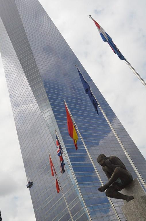 Madrid, Torre Espacio mit Statue des 'Sitzenden Simeon' von Francisco Leiro (2007)