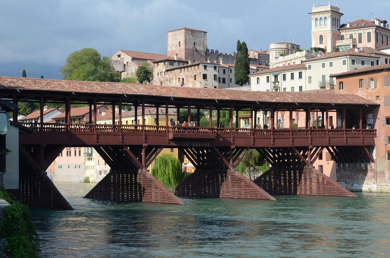 Veneto: Ponte Vecchio über die Brenta in Bassano del Grappa