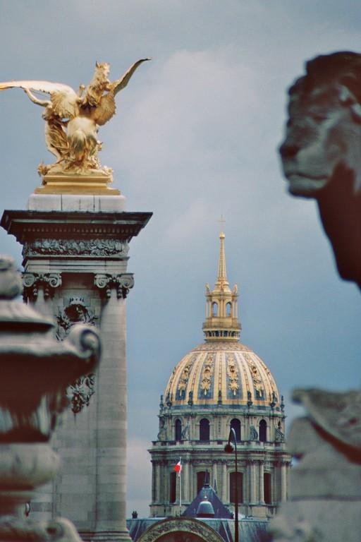 Pont Alexandre III., Blick auf Kuppel des Invalidendomes
