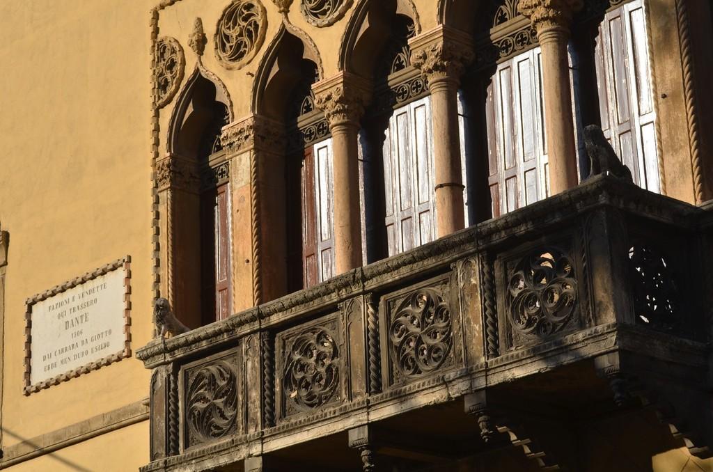 Padua, Via San Francesco, 9: Venezianische Fensterfront und Hinweis auf Aufenthalt Dantes