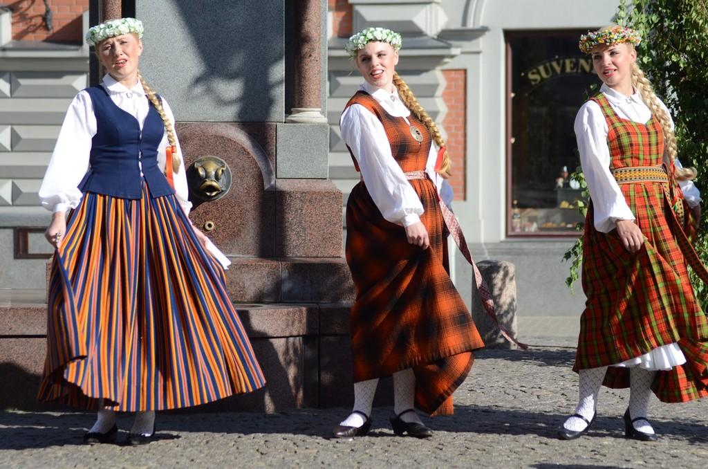 Riga, Folkloregruppe vor dem Schwarzhäupterhaus
