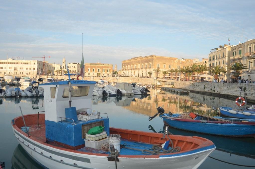 Trani, Hafen mit Blick auf das Hotel San Paolo al Convento