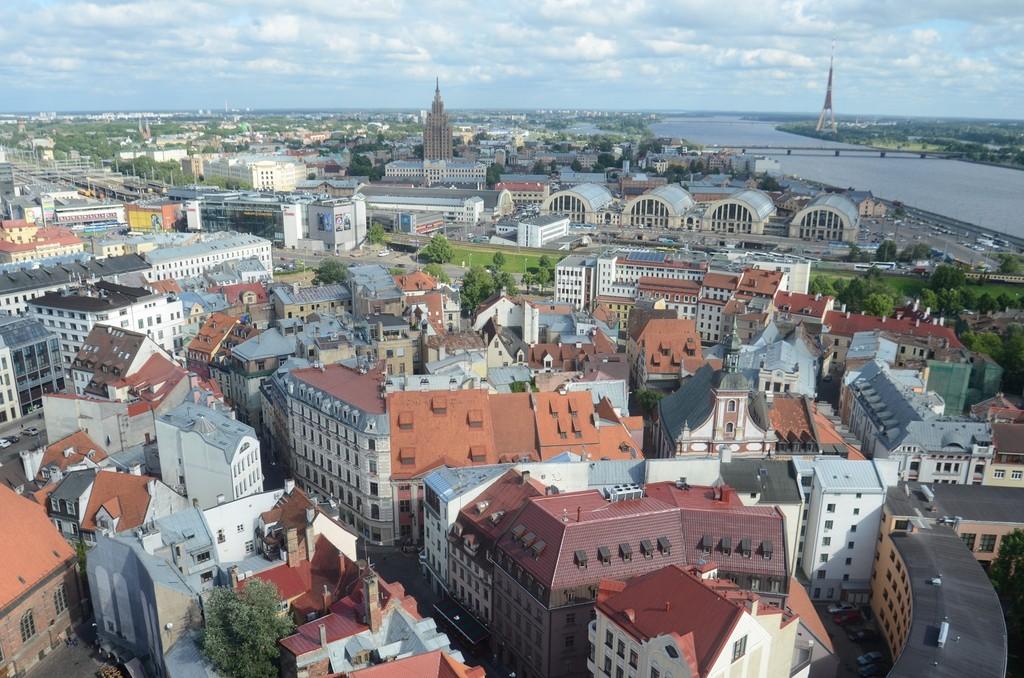 Riga, Blick von Sankt Petri nach Süden auf die Zeppelinhallen, den ehemaligen Kulturpalast und den Fernsehturm