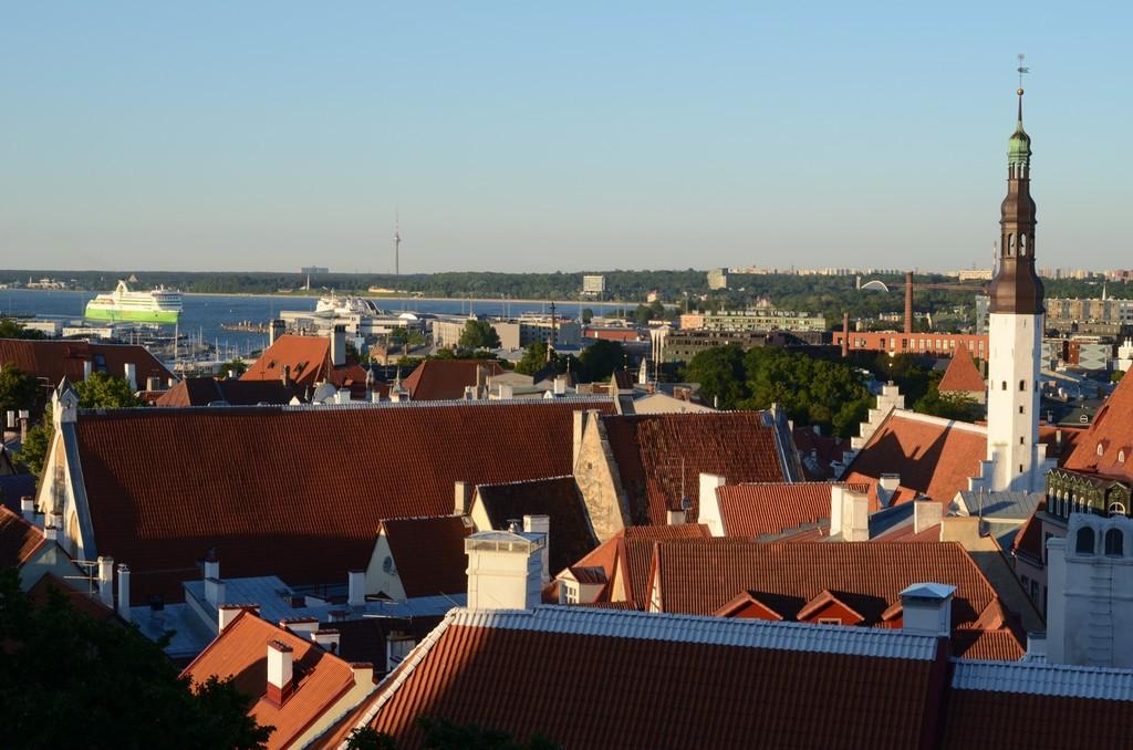 Tallinn, Blick vom Domhügel auf den Hafen