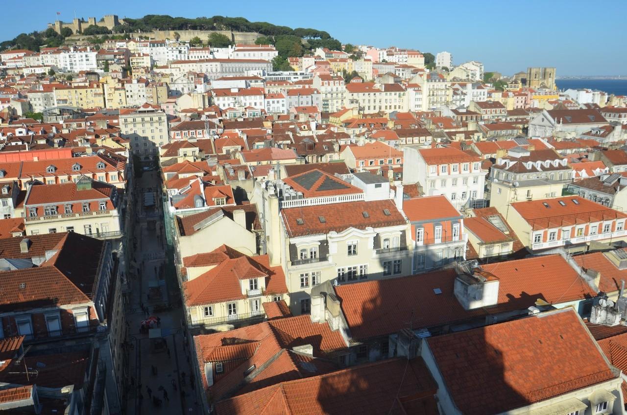 Lissabon, Blick vom Miradouro do Carmo auf das Castelo de São Jorge