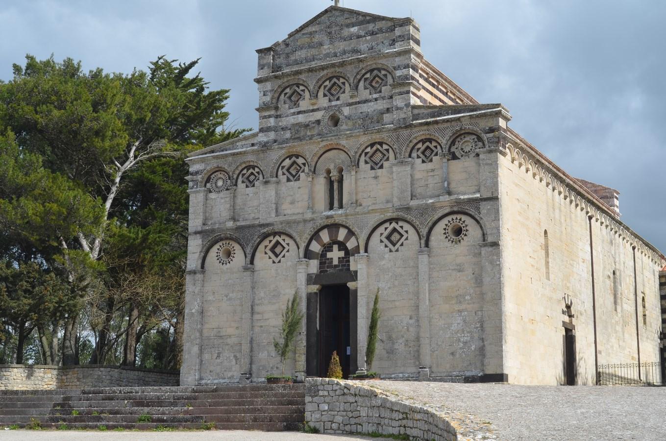 Pisanerkirche San Pietro di Sorres von außen ...