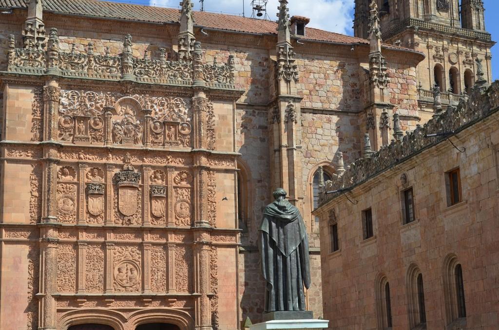 Salamanca, Platereske Fassade des Hauptgebäudes der Universität (Escuelas mayores, 1533) mit Statue des Fray Luis de León (1527/8-1591)