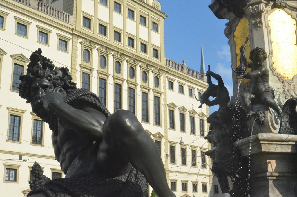 Augsburg, Rathaus und Augustusbrunnen