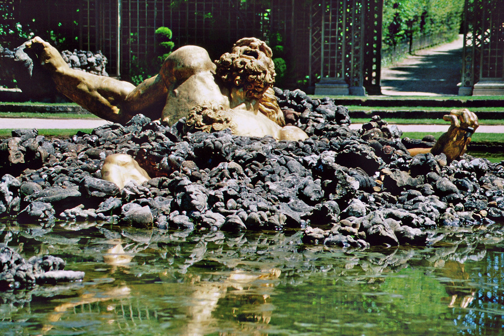 Versailles, Schloßgarten mit Skulptur des Giganten Enkelados
