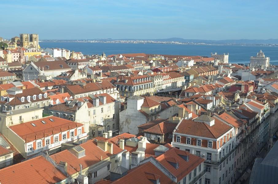 Lissabon, Blick vom Miradouro do Carmo auf die Kathedrale und den Douro