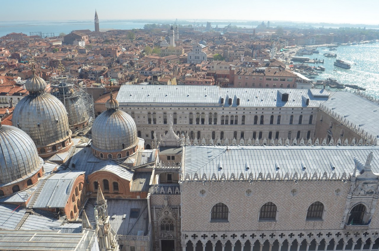 Blick vom Campanile di San Marco auf Markusbasilika und Dogenpalast
