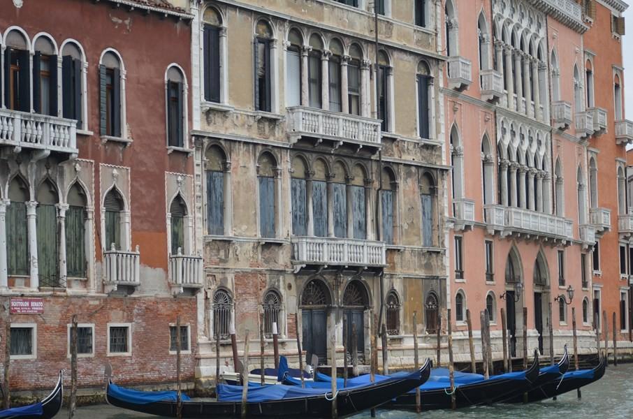 Vergangene und restaurierte Pracht am Canal Grande: Palazzo Tiepolo Passi (links, 16. Jh.), Palazzo Tiepolo (16. Jh., Mitte) und Ca' Pisani Moretta (15. Jh., rechts)
