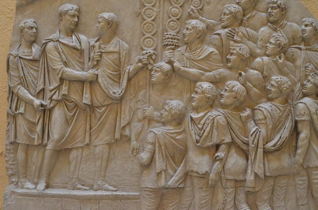 Kaiser Trajan - Ansprache an die Soldaten (Detail der Trajansäule, Museo della Civiltà Romana)
