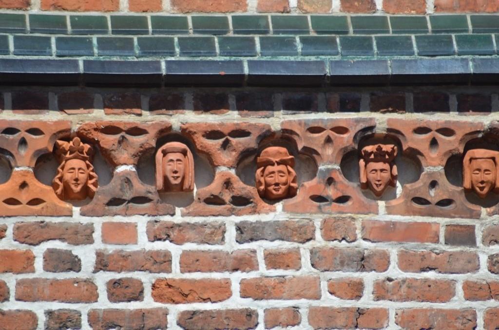 Tartu/Dorpat, Sankt Johannes der Täufer (14. Jahrhundert), Terrakottafiguren an der Südfassade