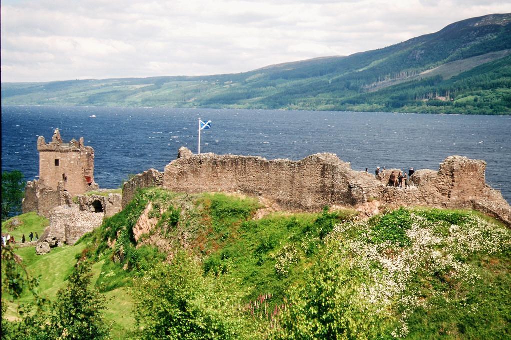 Urquhart Castle vor Loch Ness