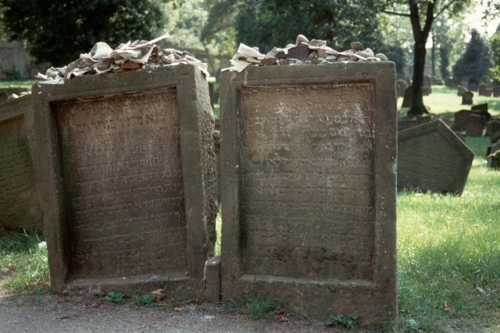 Worms, Jüdischer Friedhof, Grabsteine von Meir von Rothenburg († 1293) und Alexander ben Salomon Wimpfen († 1307)