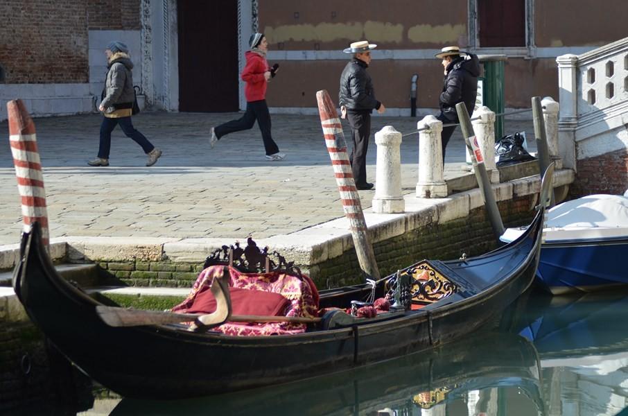 Gondolieri beim Plausch vor Santa Maria Gloriosa dei Frari