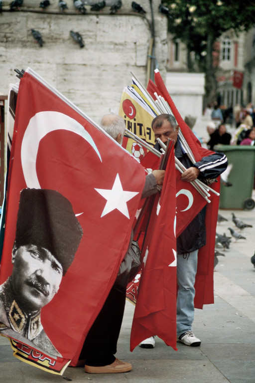 Istanbul, Fahnenverkauf vor dem Basar