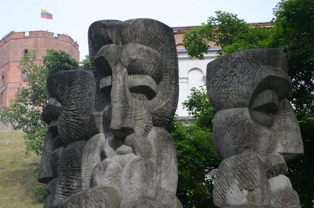 Vilnius, Altlitauische Skulpturen vor dem Gediminas-Hügel