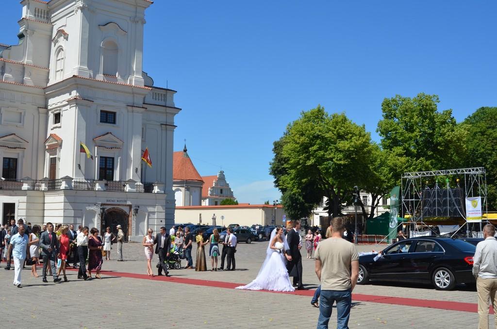 Sonnabendliches Hochzeitsgeschehen vor dem Rathaus von Kaunas