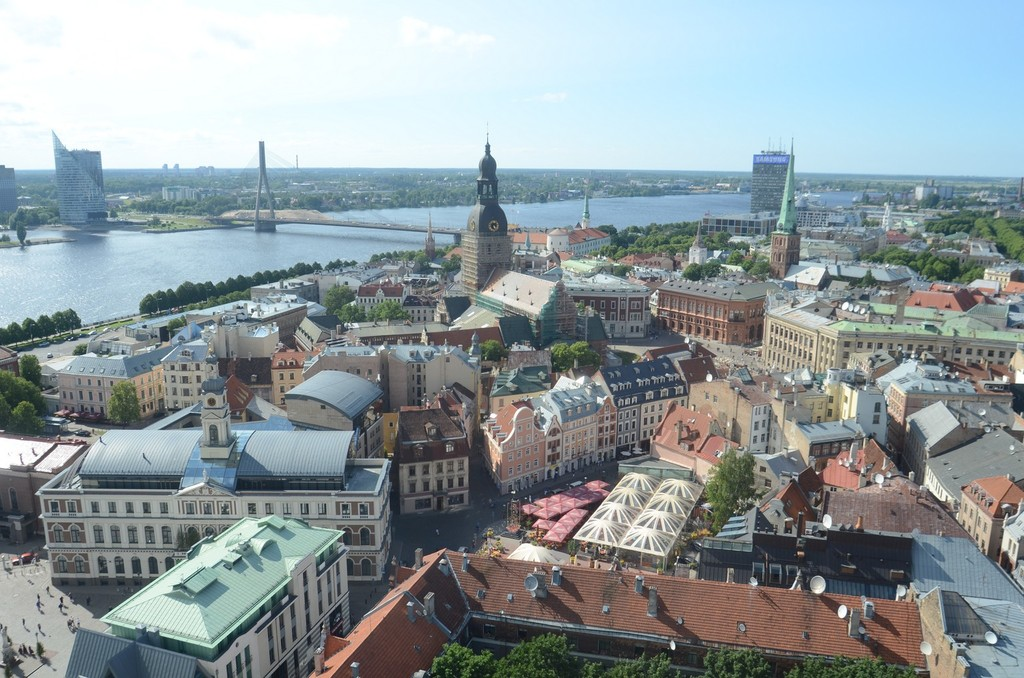 Riga, Blick von Sankt Petri nach Westen auf den Dom, Sankt Jakobi und die Vanšu-Brücke über die Düna/Daugava