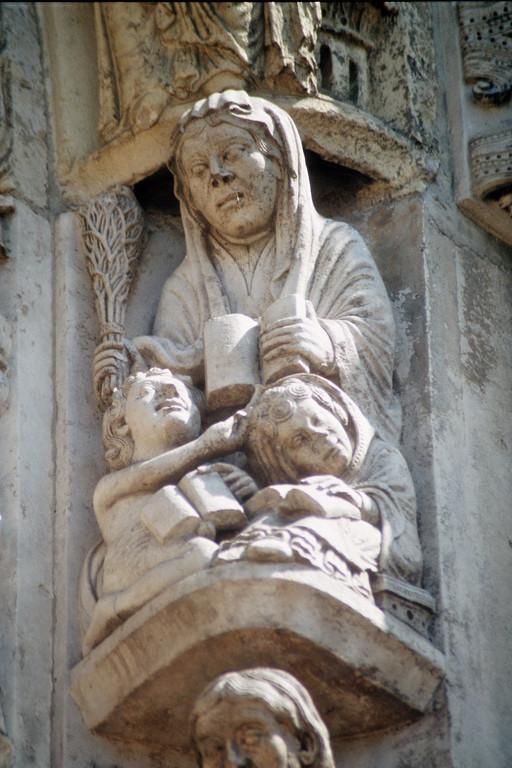 Kathredrale von Chartres, Westfassade, Allegorie der Grammatik