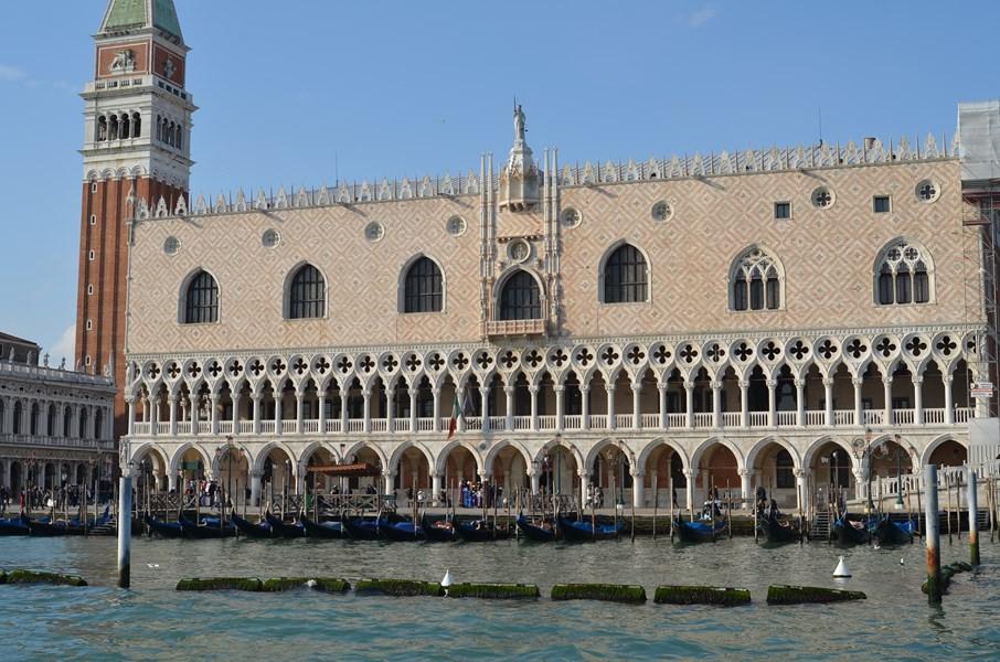 Der Dogenpalast, Sitz des Dogen und der Regierung Venedigs (14. Jh.)