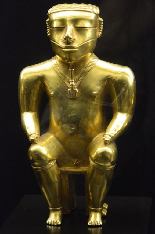 Sitzender Kazike (Indio-Häuptling), vermutlich in Trance (Madrid, Museo de America, Goldschatz der Quimbaya aus dem heutigen Kolumbien, ca. 640 n.Chr.)