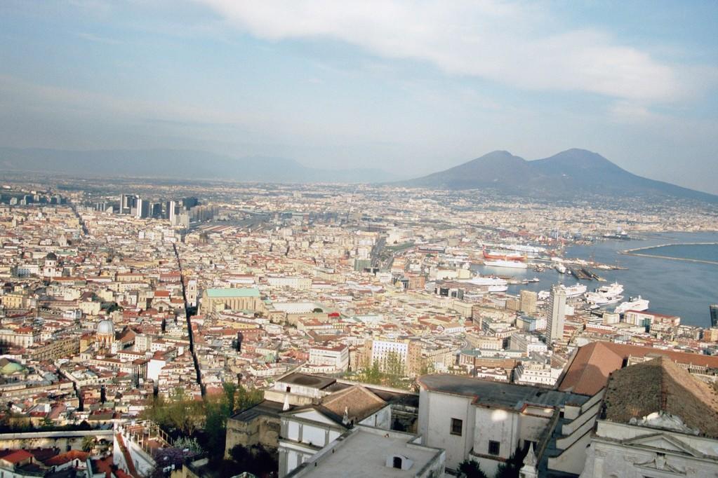 Neapel, Blick vom Kastell S. Elmo auf den Vesuv