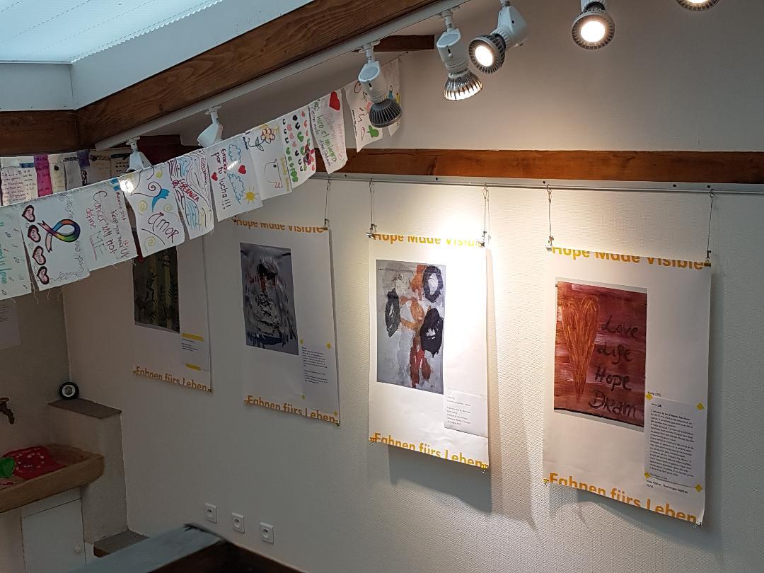 Die ersten Poster und Fahnen hängen