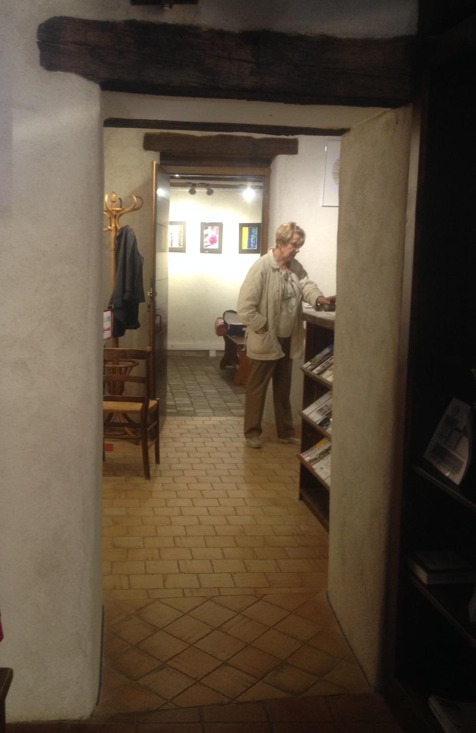 Das obere Stockwerk mit Bildern regionaler Künstlerinnen und Künstler zugunsten von Octobre Rose.
