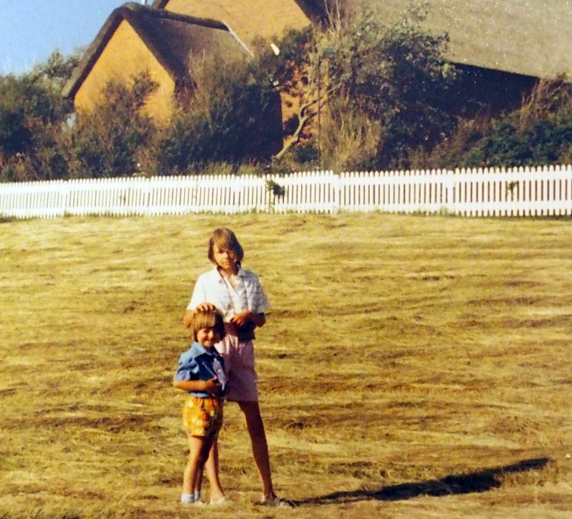 Mit meiner großen Schwester. Pellworm, ich drei Jahre alt, Segelsommer