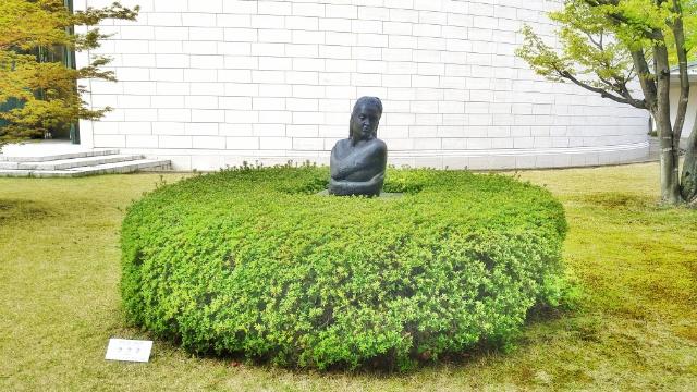 植物と一体になった彫刻も