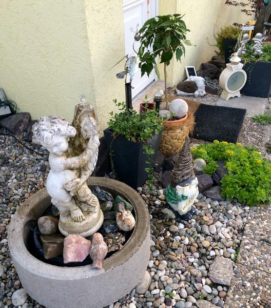 neuer Standort für meine 'Putte mit Fisch', denn der Frost hat den Brunnen zum Teil zerstört