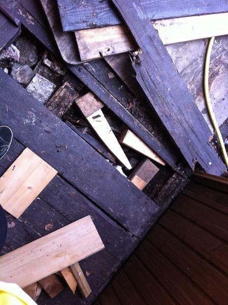 mit viel Restholz und Holzabfall...