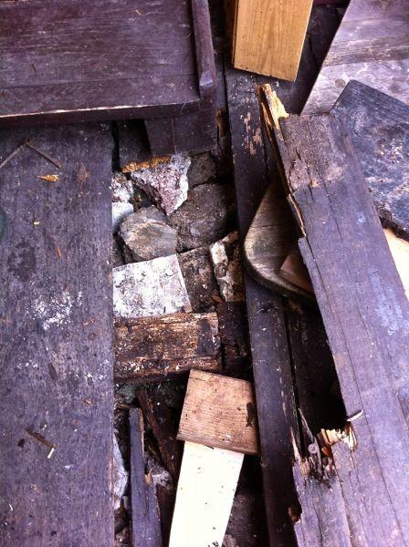 Holzdielen sind morsch und nun ist eine weitere gebrochen