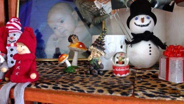 und hier steht der Weihnachtstroll mitsamt den Pilzen und dem Igel...