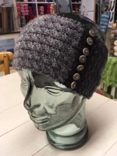 Stirnband mit Knöpfen mit Merino+ color gestrickt. Einfach immer nur mit 2er Zöpfen.