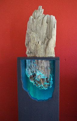 Schwemmholz aus den Dolomiten.  Unterer Teil: Original Holz. Oberer Teil ist in Beton gegossen.